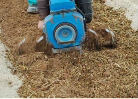 Motocultor removiendo materia orgánica