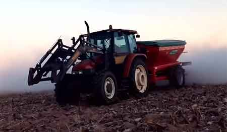 Aplicación de dolomita con tractor.