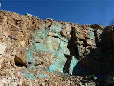 Sulfato de cobre natural en acantilado